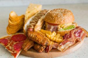 zła dieta to przyczyna opadania piersi